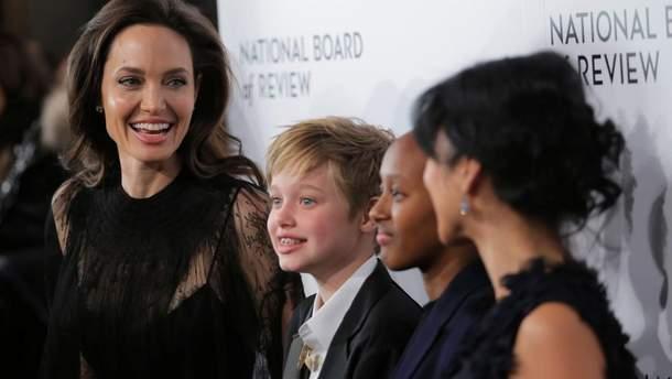 Анджелина Джоли с детьми на National Board of Review Awards Gala в Нью-Йорке