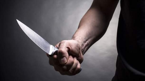 Зловмисник напав з ножем на правоохоронця на Хмельниччині