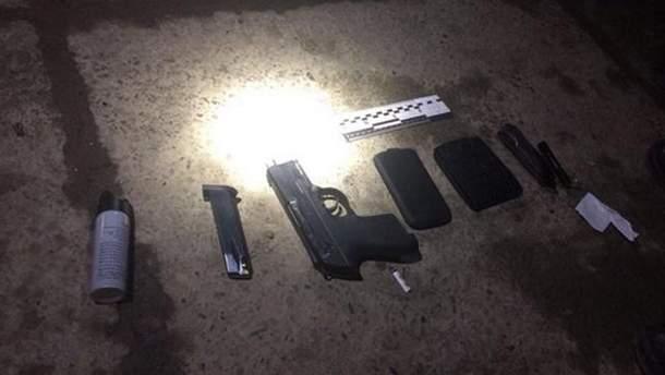У чоловіка при затримані виявили пневматичний пістолет, ніж та газовий балончик