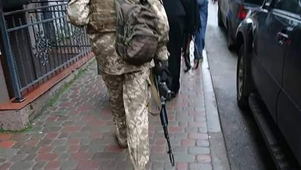 Колядник ходив у Тернополі з муляжем зброї