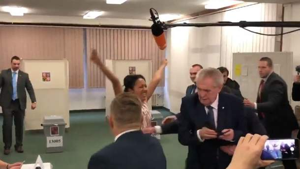 Активистка Femen посветила голой грудью перед президентом Чехии