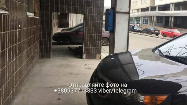 У Києві під стінами лікарні помер безхатько