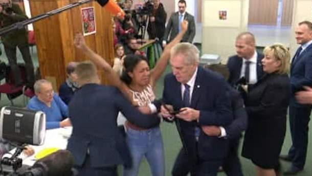 Активістка Femen Анжеліна Діаш накинулася на президента Чехії Мілоша Земана