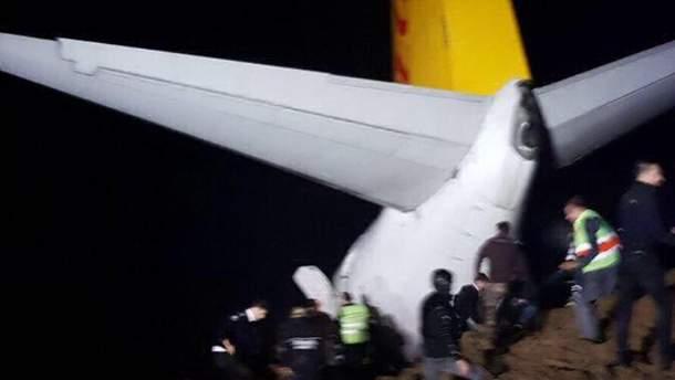 """В Туреччині пасажирський літак викотився зі злітної смуги """"в кювет"""""""