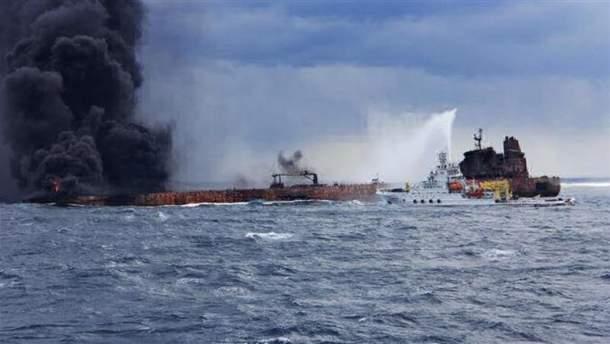 Пожар на нефтяном танкере в Китайском море: на корабле нашли тела