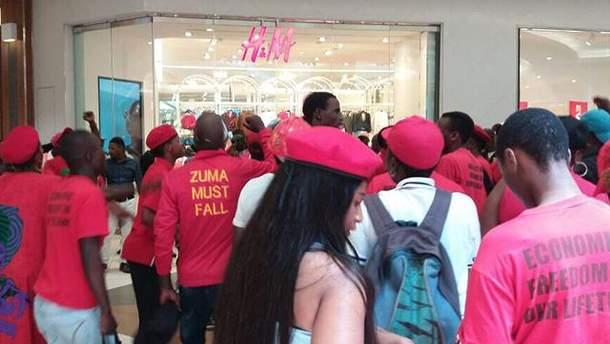 В Южной Африке люди разгромили магазины H&M