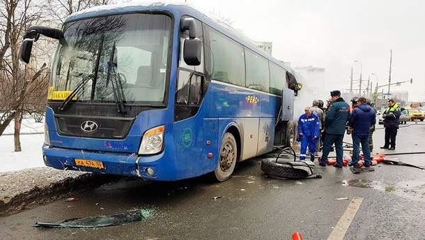 На околиці Москви загорівся автобус зі школярами, після чого в'їхав у авто: відео