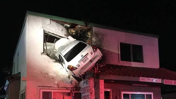 Авто вылетело на второй этаж здания