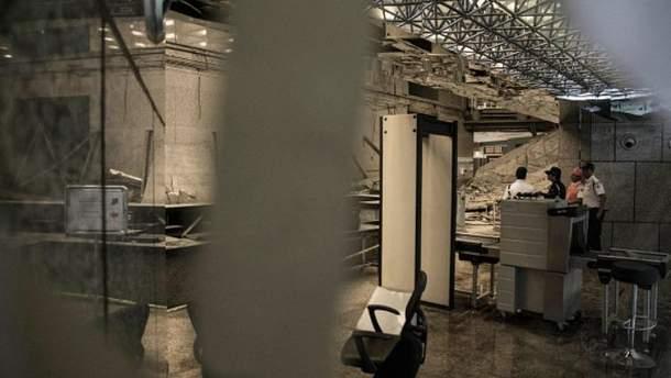 Балкон с людьми рухнул на бирже в Индонезии
