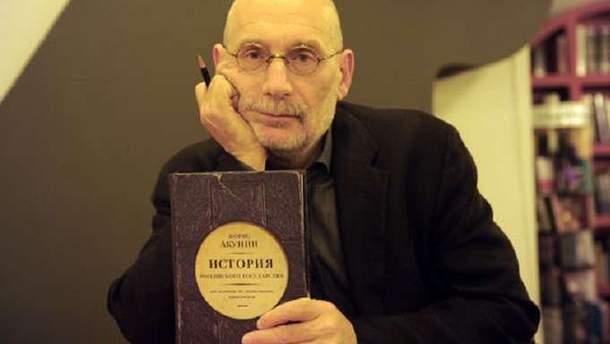 Книги Акунина запретили в Украине