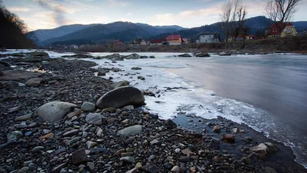 В реке на Закарпатье нашли труп молодой девушки