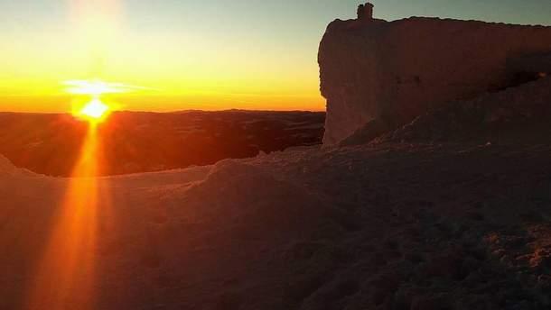 Как выглядит зимний рассвет на одной из самых высоких гор Карпат