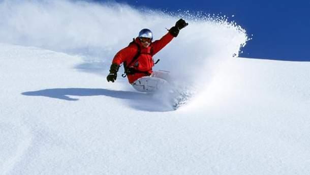 Лавина в Карпатах едва не накрыла собой сноубордиста