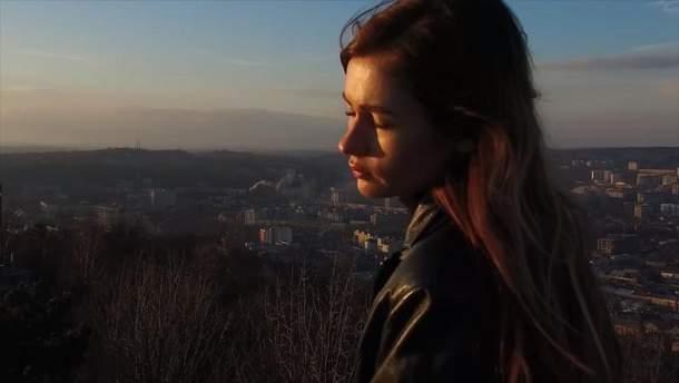 "Луна на фоне Львове в клипе на песню ""Поцелуи"""