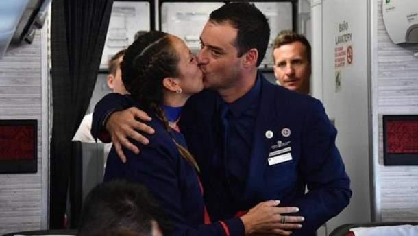 Папа женил пару на борту самолета