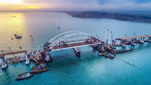 На Керченском мосту установили освещение и барьерное ограждение