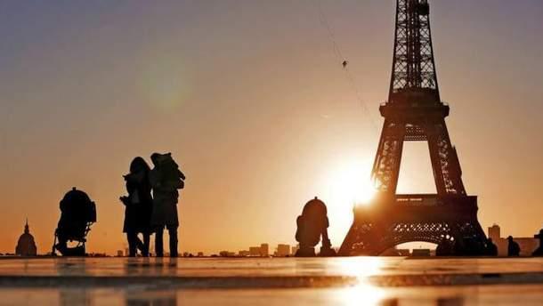 """Фотограф помістив героїв """"Зоряних війн"""" на вулицях Парижу: дивовижні фото"""