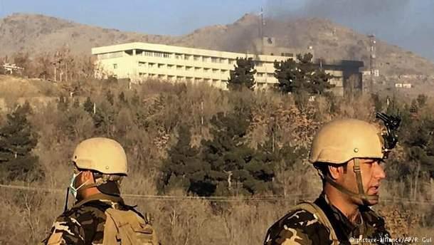 Люди спасаются из отеля в Кабуле: видео
