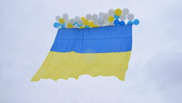 В День Соборности в Луганск полетел большой украинский флаг