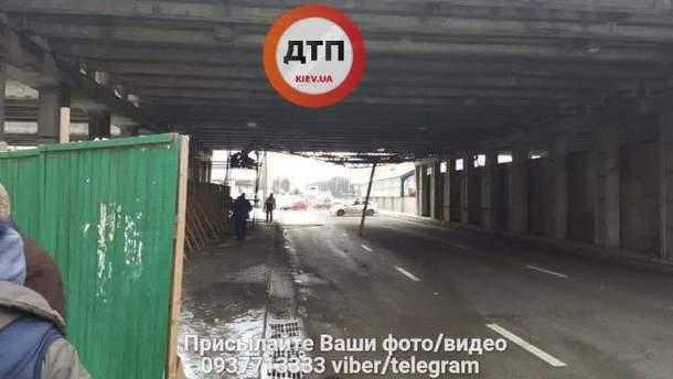В Киеве начал рушиться путепровод