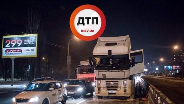 Во время движения загорелась фура в Киеве