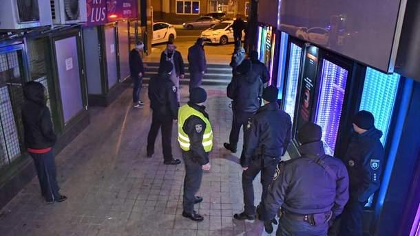 На место стрельбы прибыли 7 экипажей полиции