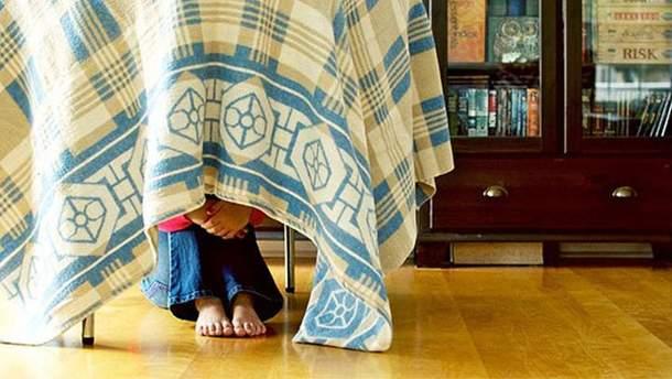 Мальчик не хотел идти в школу и спрятался дома (фото иллюстративное)
