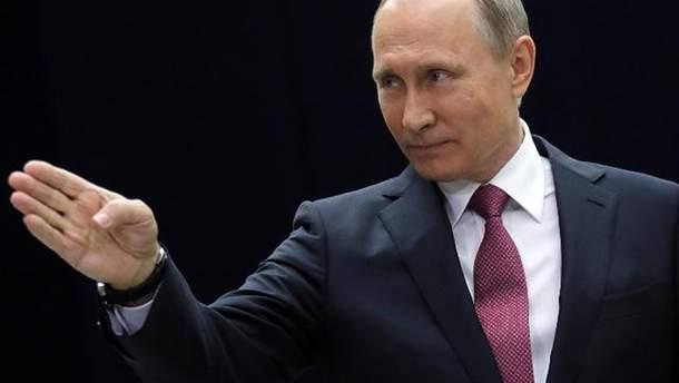 Володимир Путін обійняв робітника підприємства