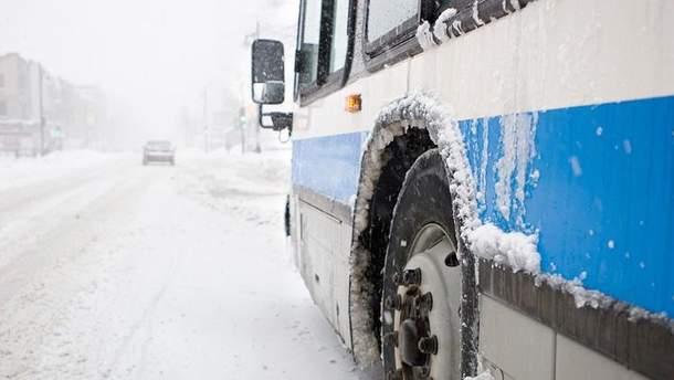 Хочешь ехать – толкай: в Запорожье пассажиры вытаскивали из снежного заноса автобус