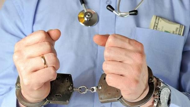 В Україні можуть ввести покарання для лікарів за видачу фальшивих довідок про вакцинацію