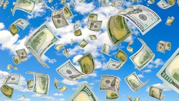В США дорогу замело деньгами из авто, которое попало в ДТП: курьезное видео