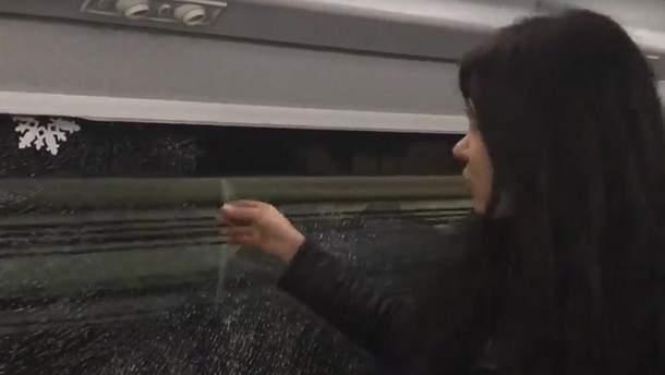 Розбите вікно у потязі