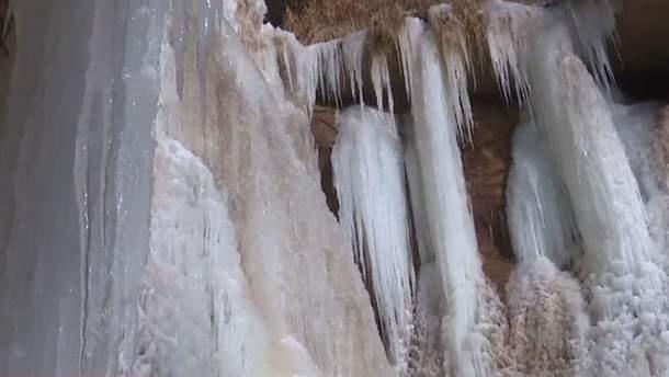 В Китае водопад превратился в сплошной лед: невероятное видео
