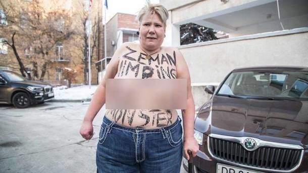 Активистка Femen разделась у посольства Словакии