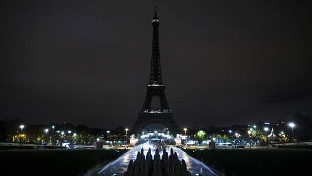 Эйфелева башня в Париже погаснет в полночь в память о жертвах теракта в Кабуле