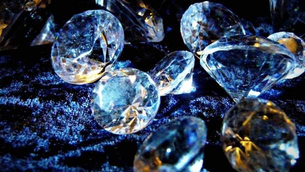 Россиянка хотела перевезти в нижнем белье бриллиантов на почти 4 миллиона гривен
