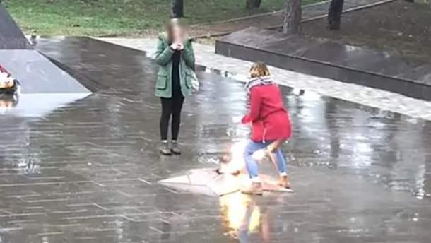 """Школярки резонансно """"погрілися"""" біля """"Вічного вогню"""" у Росії"""