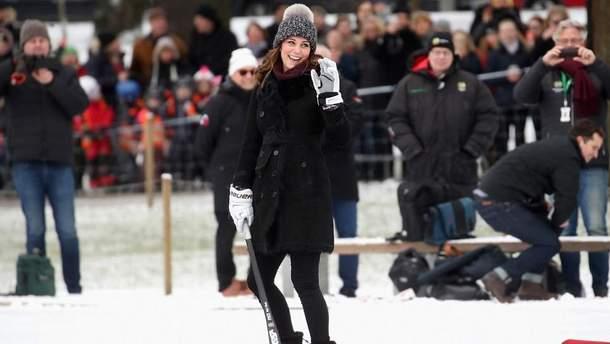 Беременная Кейт Миддлтон с клюшкой в Швеции