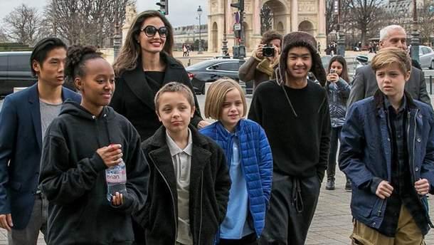 Анджелина Джоли с детьми в Париже