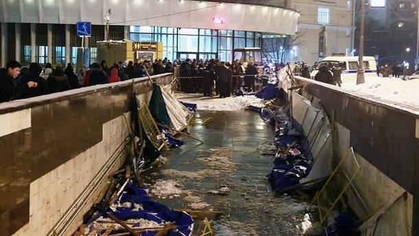 В Москве возле метро обрушилась строительная конструкция