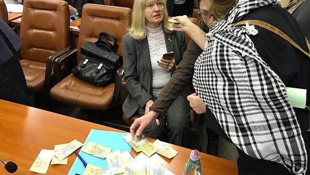 В Запорожье активисты закидали гривнами депутата Зинаиду  Гальчинскую