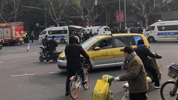Фургон наехал на пешеходов в Шанхае: 18 человек пострадали