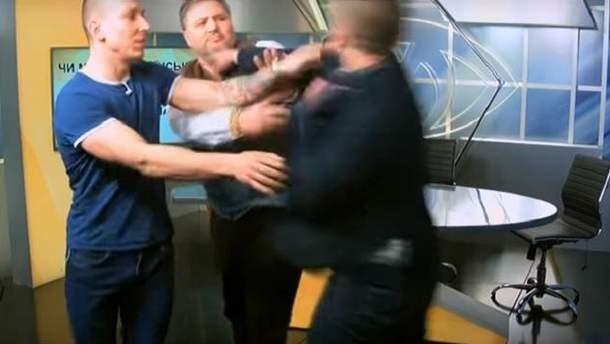 Свободівець Леонов накинувся на журналіста Коцабу у прямому ефірі