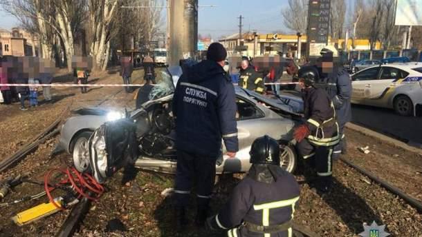 Автомобиль врезался в столб в Одессе