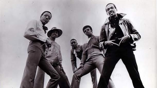 Денніс Едвардс (перший ліворуч) у складі гурту The Temptations