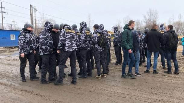 """В Киеве члены """"Национальной дружины"""" валили забор законного строительства"""