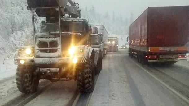 Непогода в Украине: в Закарпатье снегопад заблокировал автотрассы