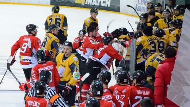Украинские хоккеисты устроили массовую драку во время игры