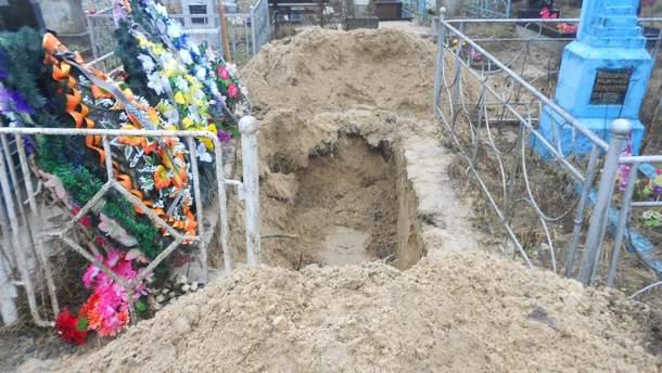 На Рівненщині син вчинив наругу над могилою матері
