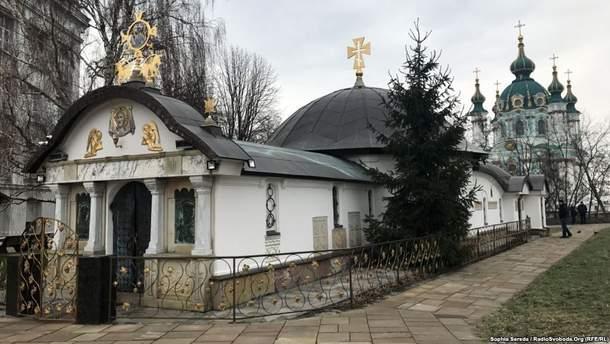 Незаконно возведенное здание возле фундамента Десятинного монастыря в Киеве